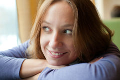 倾斜的俏丽的表妇女 免版税图库摄影