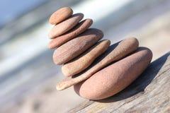 倾斜的小卵石塔 免版税库存照片