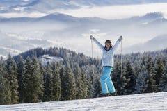 倾斜的愉快的女性滑雪者 免版税库存图片
