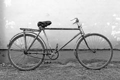 倾斜老墙壁的自行车 免版税库存照片