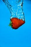 倾没草莓 免版税图库摄影