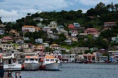 倾船和房子,圣乔治,格林纳达 免版税库存照片
