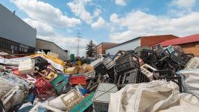 倾销工业废料-塑料残骸堆  免版税库存图片