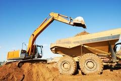 倾销者挖掘机装入程序卸车轮子 库存图片