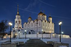 假定大教堂合奏在街灯之间的在冬天 库存照片