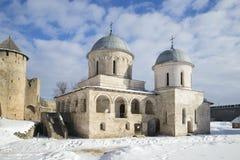 假定大教堂在Ivangorod堡垒在一个晴朗的冬日 冬天 库存照片