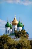 假定大教堂的Kolomna圆顶大教堂的在树中摆正在一个晴朗的夏日与云彩 库存图片
