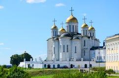 假定大教堂,弗拉基米尔,俄罗斯的金黄圆环 免版税库存图片
