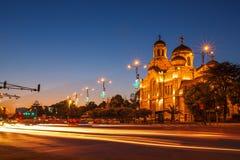 假定大教堂,瓦尔纳,保加利亚 照亮在晚上 免版税图库摄影