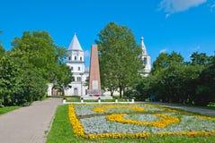 假定招标veliky教会的novgorod 俄国 了不起的爱国的战争英雄的方尖碑 库存照片