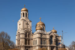假定的大教堂在瓦尔纳,保加利亚 有金黄圆顶的拜占庭式的样式教会 免版税库存照片