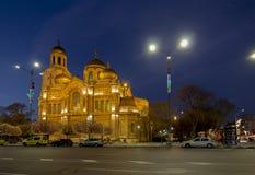 假定的大教堂在瓦尔纳 照亮在晚上 免版税库存照片