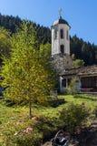 假定的19世纪教会的秋天视图在Shiroka Laka,保加利亚镇  免版税库存照片