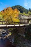 假定的19世纪教会的秋天视图在Shiroka Laka,保加利亚镇  库存照片