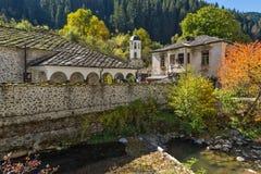 假定的19世纪教会的秋天视图在Shiroka Laka,保加利亚镇  库存图片