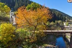 假定的19世纪教会的秋天视图在Shiroka Laka,保加利亚镇  免版税图库摄影