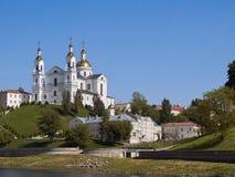 假定视图的大教堂从西部Dvina河的在Vit 库存图片