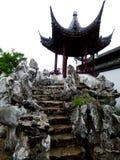 假山庭园与亭子的庭院石头 免版税图库摄影