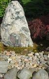 假山庭园和池塘 图库摄影