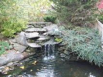 假山花园瀑布 库存照片