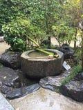 假山花园,有竹水路的 免版税库存照片