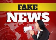 假新闻发短信和呼喊在世界地图前面的扩音机的妇女 免版税图库摄影