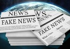 假新闻在行星地球世界的报纸堆发短信 免版税库存图片