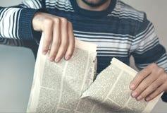 假新闻 人撕毁的报纸 免版税库存照片