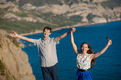 假日、假期、爱和人概念-愉快的微笑的少年夫妇获得乐趣在夏天公园 库存图片