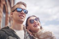 假日、假期、爱和友谊概念-获得微笑的夫妇在天空背景的乐趣 库存图片