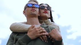 假日、假期、爱和友谊概念-获得微笑的夫妇在天空背景的乐趣 股票视频