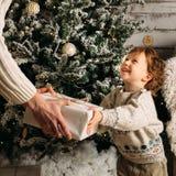 假日、圣诞节、家庭和幸福概念-接近父亲和儿子有礼物盒的 微笑少许白肤金发 免版税库存图片