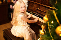 假日、圣诞节和人概念-相当小女孩 免版税库存图片