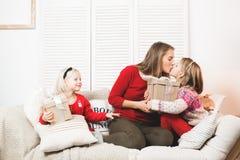 假日、礼物、圣诞节、x-mas、生日概念-愉快的母亲和有礼物盒的儿童女孩 库存图片