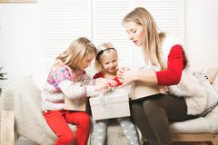 假日、礼物、圣诞节、x-mas、生日概念-愉快的母亲和有礼物盒的儿童女孩 库存照片