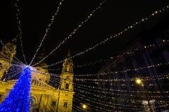 假日与光的毛皮树在圣诞节市场上 库存图片
