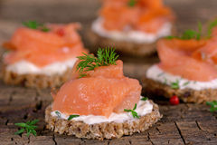 假日与熏制鲑鱼的开胃菜点心 免版税库存照片