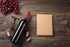 假日与红酒和礼物的晚餐设置在土气木头 与空间的顶视图您的问候的 库存图片