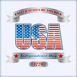 假日与银色丝带和国旗的布局模板上色背景7月四日,美国人美国独立日 免版税库存图片
