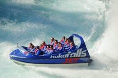 假日享受喷气机小船乘驾Huka的兴奋制造商人跌倒,陶波湖,新西兰 免版税库存照片