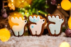 假日传统食物面包店 三块姜饼白色christm 免版税库存图片