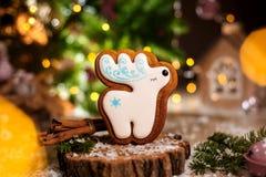 假日传统食物面包店 姜饼在舒适温暖的装饰的白色圣诞节快乐鹿与诗歌选光 库存照片