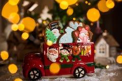 假日传统食物面包店 有圣诞节姜饼蛋糕的装饰玩具汽车在与诗歌选光的舒适温暖的装饰 图库摄影