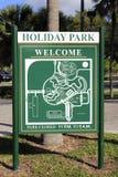 假日公园可喜的迹象 免版税库存图片