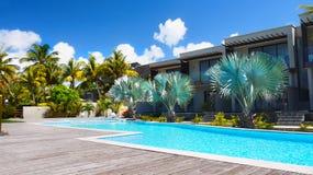 假日公寓,热带庭院游泳场棕榈 免版税图库摄影