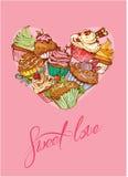 假日卡片用在心脏形状的装饰的甜杯形蛋糕 免版税库存图片
