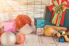 假日和一个红色圣诞老人帽子 免版税图库摄影