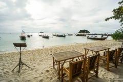 假日和放松概念-竹桌和椅子在海滩在室外咖啡馆被采取在Lipe海岛,在泰国南部 库存图片