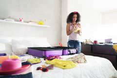 假日和旅行的逗人喜爱的非裔美国人的女孩包装袋子 免版税库存照片