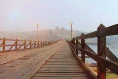 假日和旅行,风景透视木桥梁老与薄雾 免版税库存图片